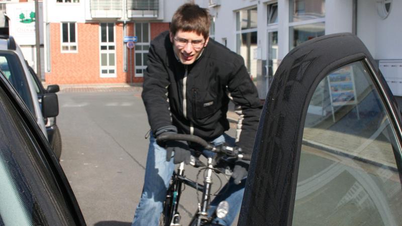 Zum rechten Fahrbahnrand sollten Radfahrer etwa einen Meter Abstand halten - zu parkenden Autos sogar eineinhalb Meter, um nicht mit plötzlich geöffneten Autotüren zu kollidieren.