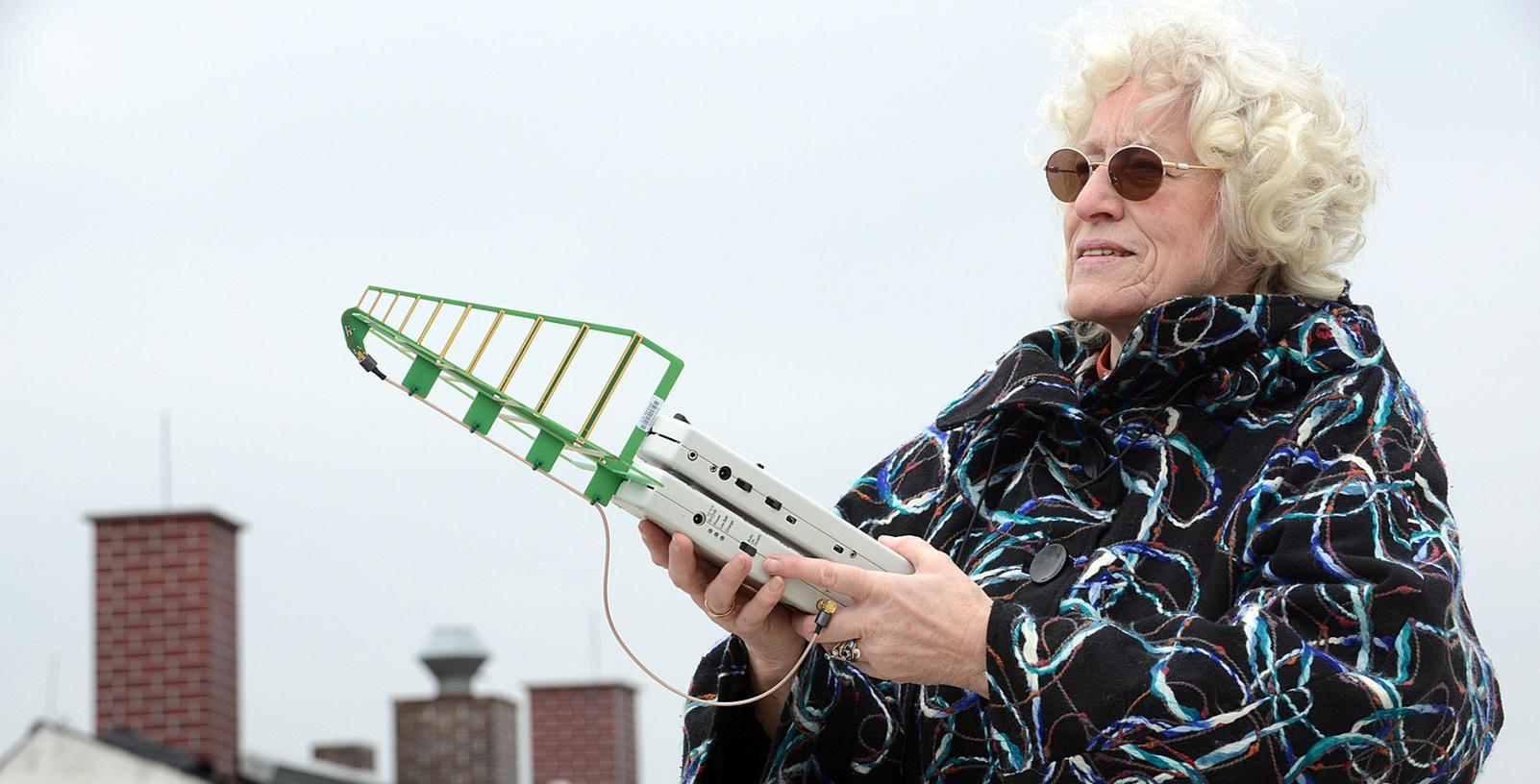 In der Fürther Innenstadt gibt es schon genügend Funkmasten. Hier misst Helga Krause (BN) Mobilfunkstrahlen. Im Hintergrund sind als Schornsteine getarnte Mobilfunkantennen auf dem Dach des Altbaus Mathildenstraße 8 zu sehen.
