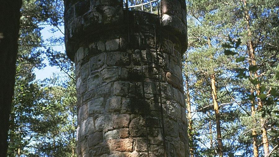Früher war er Schauplatz von Schießübungen und Gefechten. Heute hat der Franz-Köhl-Turm nahe Kalchreuth seine Bedeutung verloren.