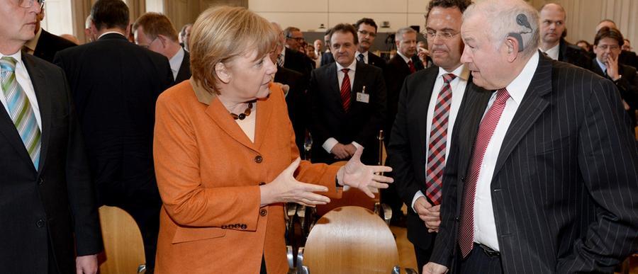 Zum Festakt des 60-jährigen Bestehens des Bundesamts für Migration und Flüchtlinge (BAMF) kam allerlei Polit-Prominenz nach Nürnberg. Im April 2013 traf der ehemalige bayerische Ministerpräsident Günther Beckstein (CSU)hier auf Kanzlerin Angela Merkel.