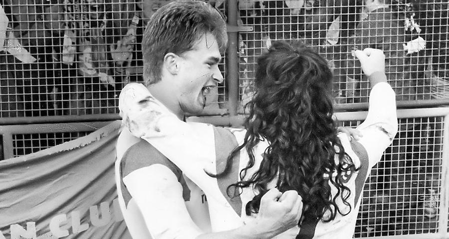 Der Club in München - das ist alles andere als eine Erfolgsgeschichte. Doch schon lange standen die Vorzeichen nicht mehr so gut wie an jenem 28. März 1992. Der Rekordmeister dümpelt unter Trainer Erich Ribbeck im grauen Mittelmaß umher, Nürnberg reist als Tabellensechster ins Olympiastadion. Dennoch scheint alles seinen gewohnten Gang zu nehmen: Der Brasilianer Mazinho bringt die Bayern früh in Führung (2.) und trifft gegen konfuse Franken kurz darauf die Latte. Als dann nach 17 Minuten auch noch Dieter Eckstein verletzt vom Feld muss, sinkt die Stimmung in der Gästekurve gen Nullpunkt. Ersetzt wird der Torjäger vom jungen Christian Wück - 18 Sekunden später steht es 1:1. Nach einer Hereingabe von Jörg Dittwar kommt Wück mit dem Kopf an den Ball, dieser senkt sich per Bogenlampe über Keeper Raimond Aumann hinweg via Lattenunterkante ins Tor. Es ist die Basis für einen denkwürdigen, vom überragenden Sergio Zarate eingetüteten 3:1-Coup - und den bislang letzten Nürnberger Triumph an der Isar.