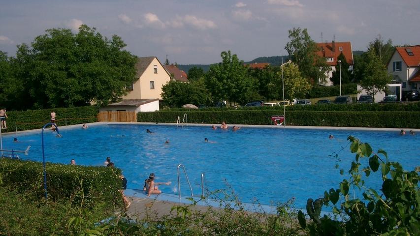 Im Schwimmbecken können Besucher ihre Bahnen ziehen. Zum Ausruhen bietet eine große Liegewiese Gelegenheit. Am 12. Juni startete das Burgbernheimer Freibad in die Saison. Weitere Informationen dazu erhalten Sie in unserem Artikel.