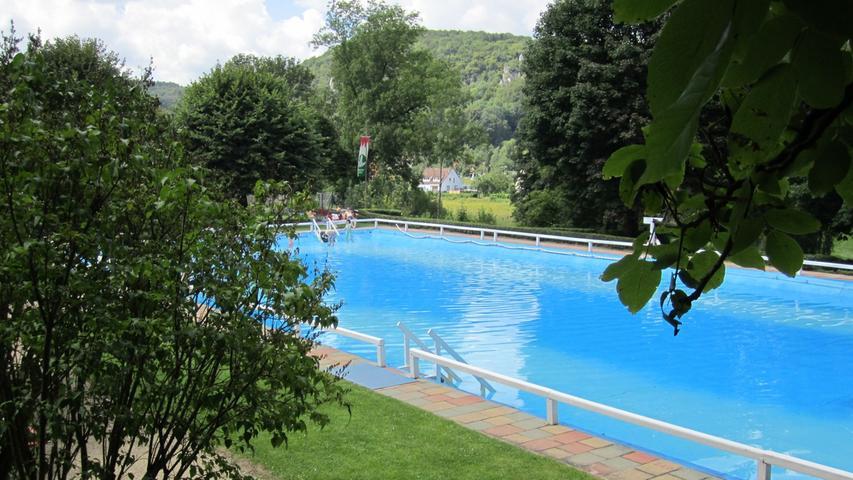 Das Familienbad in Streitberg hat neben dem obligatorischem Schwimmbecken auch einen Kanuverleih. Damit können die Besucher eine Runde auf der Wiesent drehen. Für Infos zu den Öffnungszeiten klicken Sie hier.