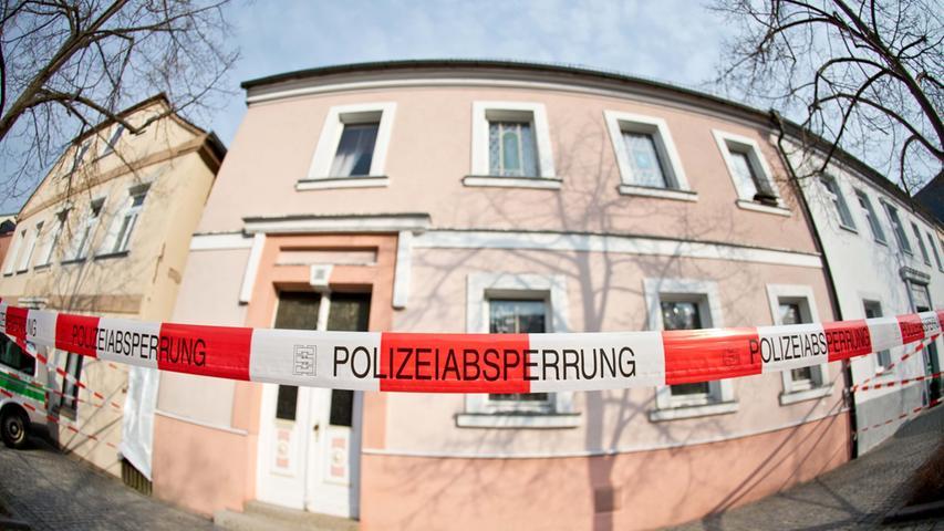 Währenddessen gibt es immer wieder Hinweise auf den Verbleib des Mädchens. 2013 etwa durchsuchen Polizisten tagelang ein Anwesen in Lichtenberg.