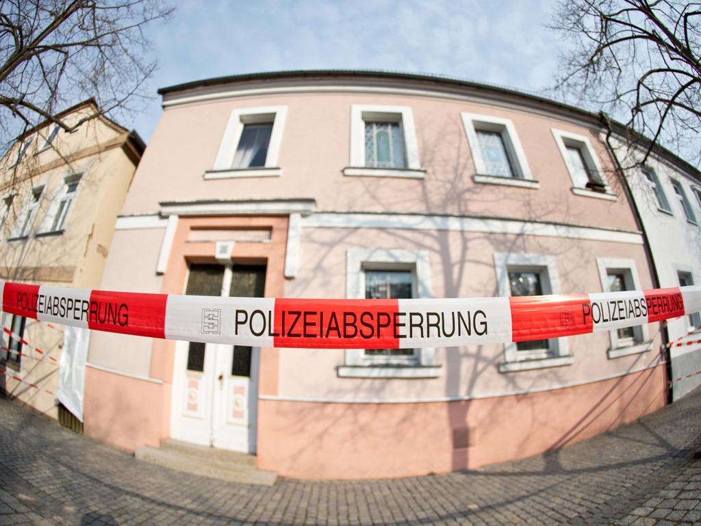 Polizei sucht nach Peggys Leiche == Polizei-Absperrband hängt am 23.04.2013 vor einem Hauseingang in Lichtenberg (Bayern), in dem die Spurensicherung nach der Leiche des Mädchens
