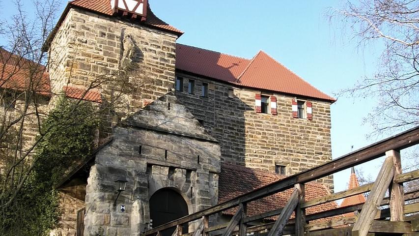 Das Wenzelschloss in Lauf ließ Kaiser Karl IV. als burgähnliche Raststätte im 14.Jahrhundert errichten. Ein steinernes Zeugnis seiner Macht stellt der Wappensaal im Ostflügel der Burg dar. Dort sind 114 farbig gefasste Wappenschilder von böhmischen Adelsgeschlechtern in die Wand gemeißelt. Weitere Informationen finden Sie hier.