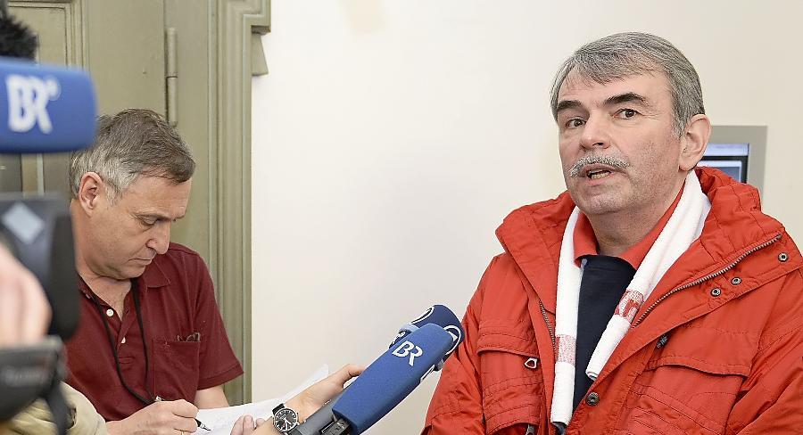 Gustl Mollath — hier beim Gespräch mit Journalisten während einer Anhörung zu seinem Fall — sitzt seit 2006 in der Psychiatrie.