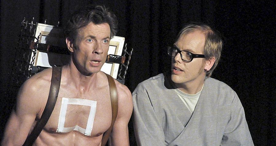 Mit der Last des Lebens müht sich Protagonist Frank Strobelt (links) ab. Ein geheimnisvoller Fremder (Ulrich Försterling) führt ihn auf den richtigen Weg.