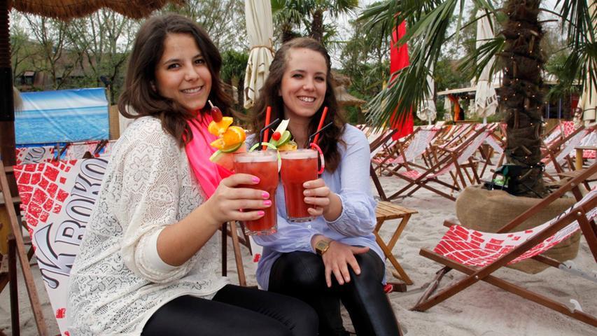 Yana und Lisa bringen sich trotzdem mit exotischen Cocktails in Sommerlaune.