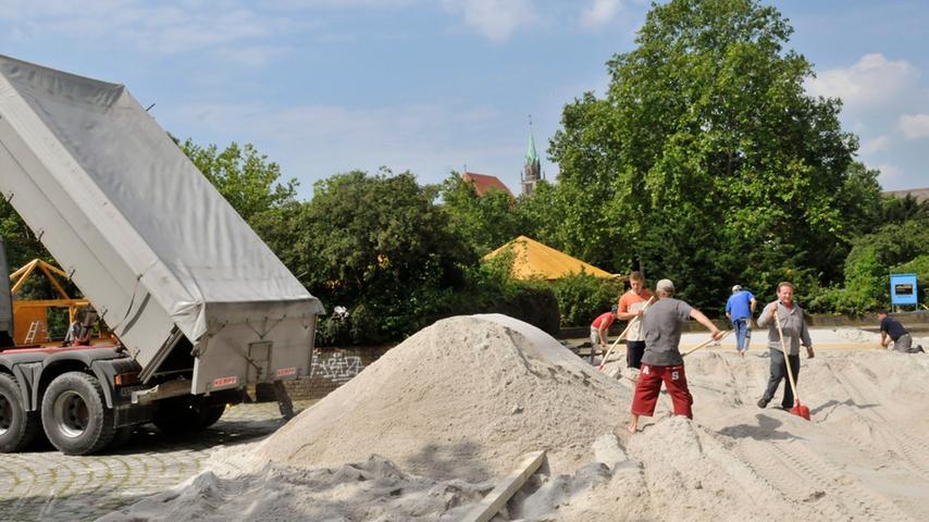 Rund 600 Tonnen Kaolin-Sand aus Hirschau kamen in 35 LKW-Ladungen. Die Verwaltung der Stadt Nürnberg erteilte die Genehmigung für die 4.000 Quadratmeter mit 200 Liegestühlen erst einmal nur für 2010.