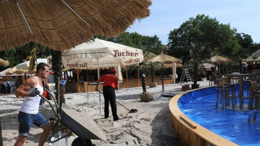 40 Palmen holten die Veranstalter extra aus Spanien für den Stadtstrand, allein jeder einzelne Sonnenschirm kostete 1.500 Euro.