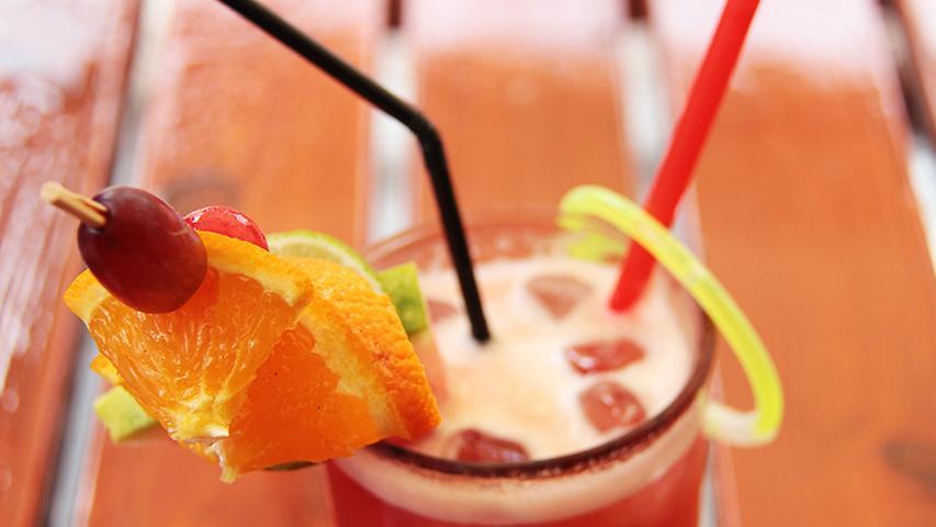Leckere Cocktails mit und ohne Alkohol sorgen ebenfalls für Abkühlung.