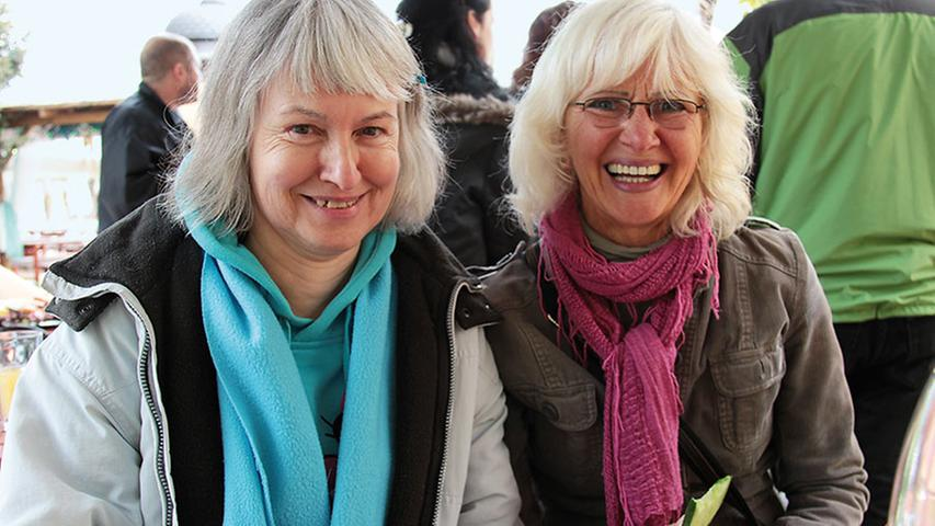 Gesundheitsberaterin Elisabeth Knopik (links) und Yogalehrerin Hana Komurka bieten dieses Jahr erstmals Lachyoga an. Gezieltes Lachen soll dabei die Stimmung heben.