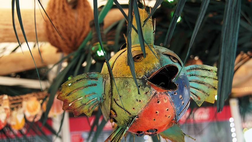 Kugelfisch in der Palme: Bunte Deko sorgt für Farbtupfer.