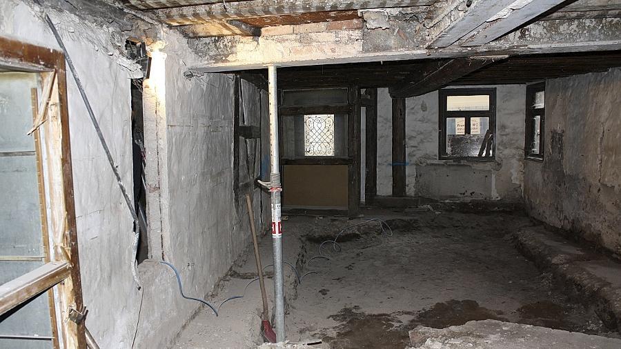 Mehr als eine Ruine voller Schrott: Bis das Haus in der Helmstraße 5 aber bewohnbar wird, ist noch viel zu tun.
