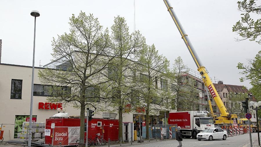 Noch wird am Gebäude gearbeitet, wird der Supermarkt am Paradeplatz bestückt. Am Dienstag startet der Verkauf.