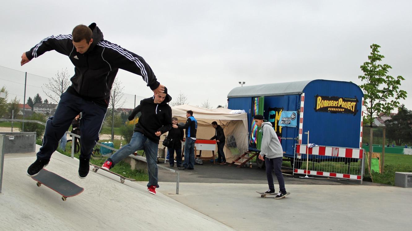 Einige Jugendliche trotzten dem schlechten Wetter auf ihrem Skateboards. Stauraum für die Ausrüstung bietet künftig der in Eigenregie renovierte Bauwagen.
