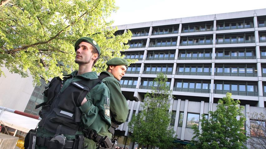 Auch das Sicherheitsaufgebot war außergewöhnlich: Etwa 500 Polizisten waren im Einsatz, um einen störungsfreien Prozessauftakt zu garantieren.