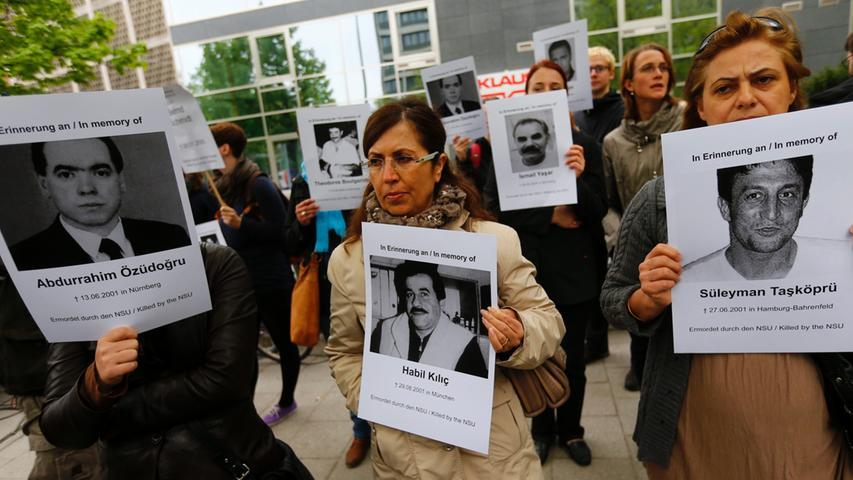 Vor dem Gericht versammelten sich am ersten Prozesstag immer wieder Demonstranten, die an die Opfer des NSU erinnerten.