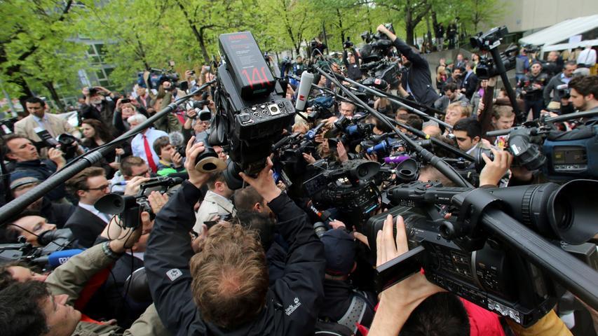 Wochenlang hatte die Vergabe der nur rund 50 Medienplätze im Gericht für hitzige Debatten gesorgt. Zum Auftakt des Prozesses war das Medienaufgebot dann enorm.