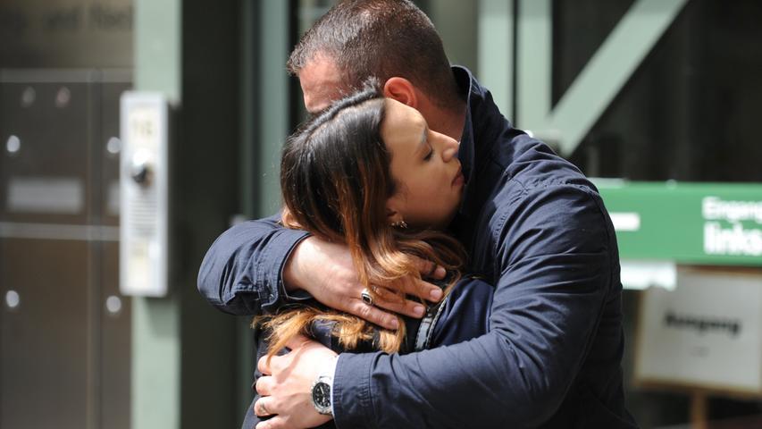 Auch die Angehörigen der Mordopfer verfolgen das Verfahren. Am ersten Prozesstag war ihnen die Anspannung deutlich anzumerken. Semiya Simsek, Tochter des ersten NSU-Opfers Enver Simsek, umarmt ihren Ehemann Fatih Demirtas in der Verhandlungspause vor dem Gerichtsgebäude.