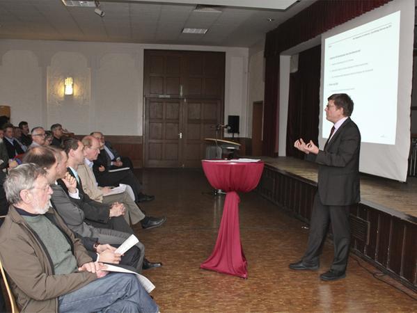 Lorenz Jarass bei seinem Vortrag im Winkelhaider Sportheim.