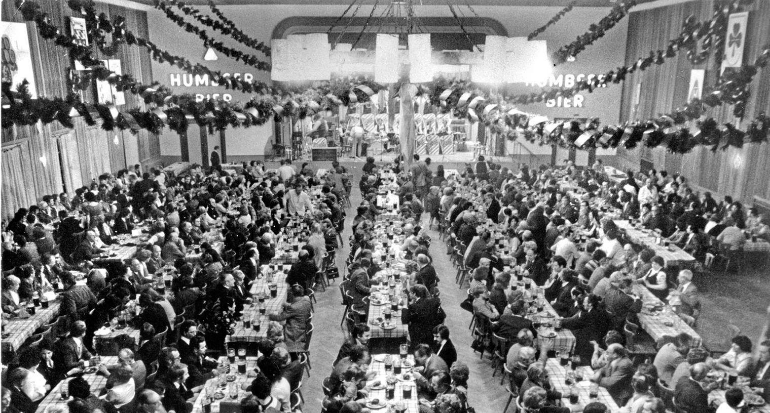 Das Bild zeigt den voll besetzten Geismannsaal bei einem der beliebten Poculator-Feste — doch so oder ähnlich dürfte es auch während der Rundfunkübertragung des Fußballspiels ausgesehen haben.