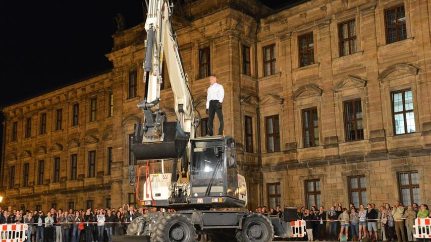Gegen Ende der Show stieg Philippe Priasso dem Bagger aufs Dach.