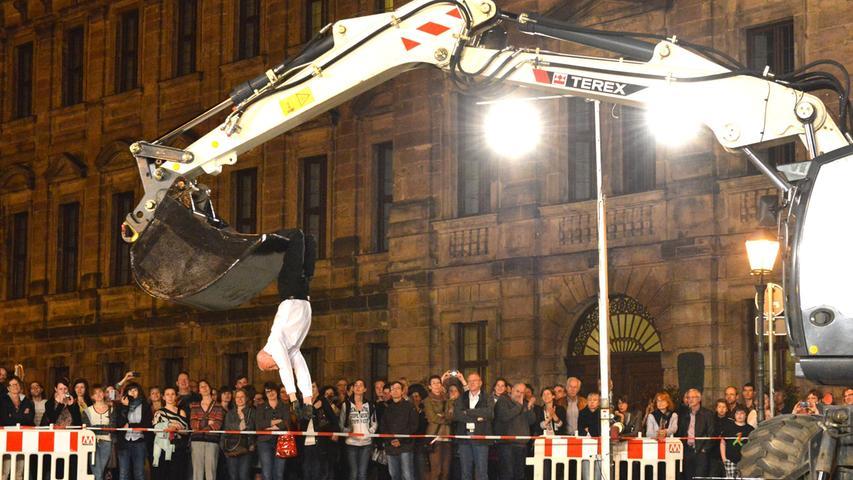 25 Minuten dauerte die Show auf dem Schlossplatz. Viele Passanten wurden zu Zuschauern - die Aufführung war kostenlos.