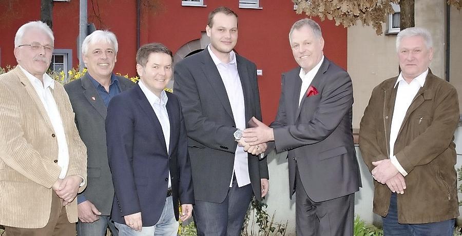 Gratulation für Christian Huber (3.v.re.): Die Stadträte Bruno Humpenöder und Erwin Eberlein, Bürgermeister Dr. Thomas Donhauser sowie die  Vorstände der Freien Wähler, Wolfgang Müller und Hans Schleier.