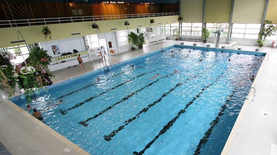 Wenn das Hallenbad im Frankenhof geschlossen wird, wird es eng im Bäderbetrieb der Stadt, befürchten Schwimmfreunde, die sich mit einem Bürgerbegehren für zwei Hallenbäder in Erlangen stark machen.