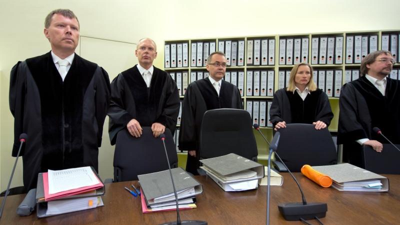 Manfred Götzl (2. von links) leitet das Verfahren. Der erfahrene Richter hat bereits andere spektakuläre Fälle verhandelt und gilt als hart.