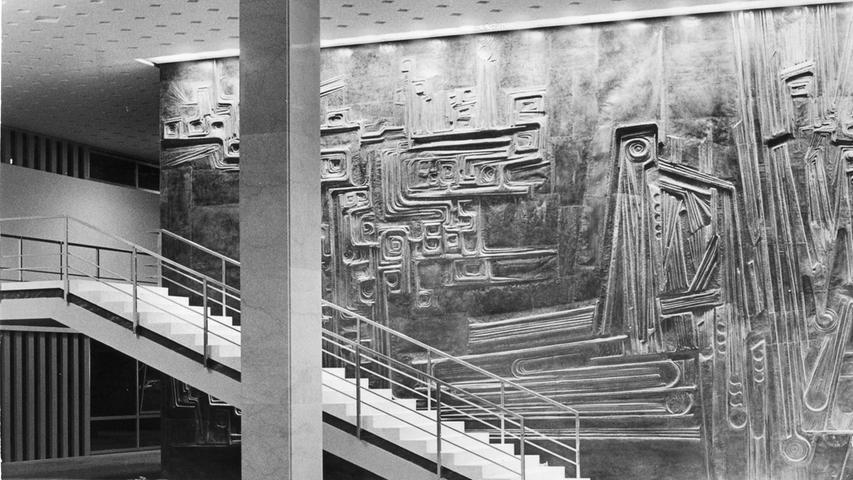Die künstlerisch gestaltete Eingangswand: