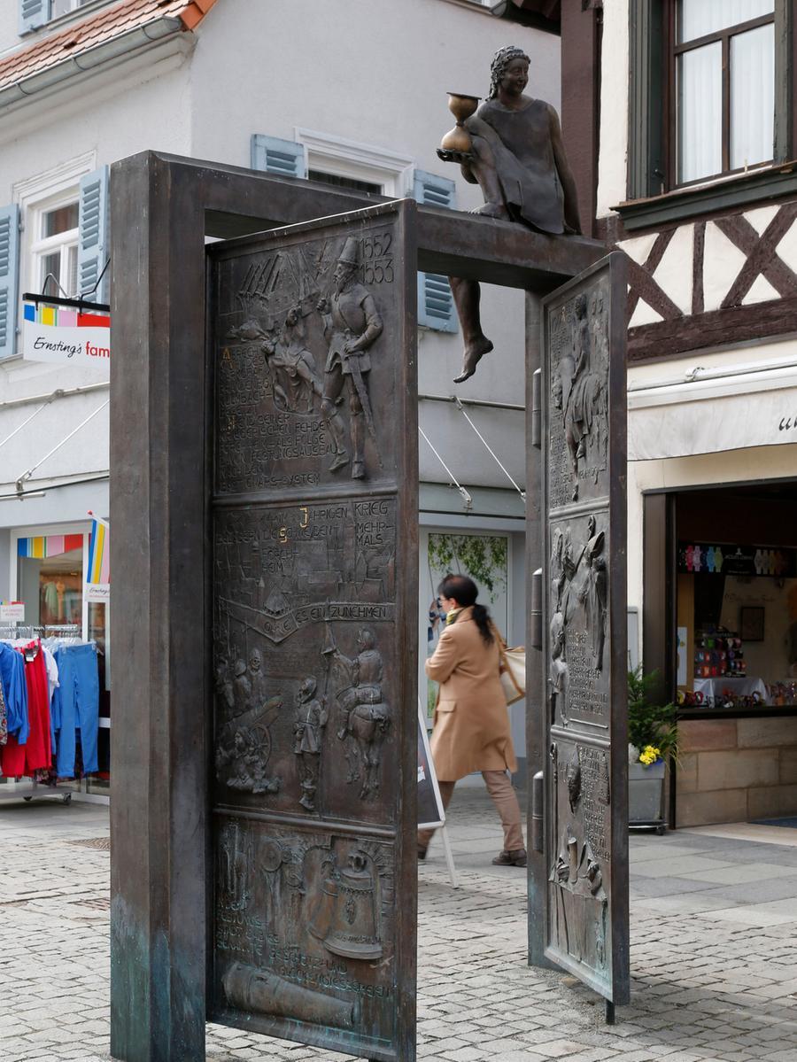 Die Porta Vorchheimensis in der Hauptstraße. Die Porta Vorchheimensis ist ein  Geschenk des Rotary Clubs Forchheim. Seit 2002 öffnet sie in der Fußgängerzone  dem Betrachter Tür und Tor zur Vergangenheit der Stadt. Das Werk von Harro Frey  stellt die wichtigsten Stationen der Forchheimer Geschichte in zwölf Bildern  dar.