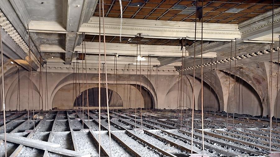 Das stuckverzierte Gewölbe des Festsaals samt Glasdach ist seit Jahrzehnten hinter einer nachträglich eingezogenen Decke (unten) verborgen.