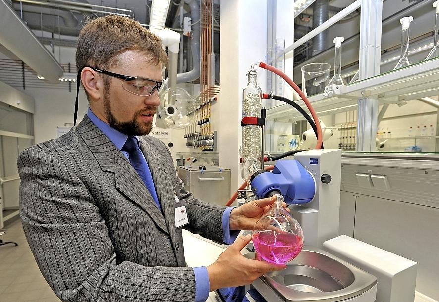 Im 1200 Quadratmeter großen Anwenderzentrum VerTec arbeitet Ingenieur Tilman Knorr an einem Rotationsverdampfer zum Destillieren.