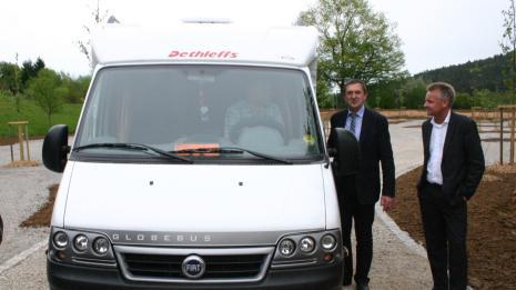 Zweckverbands-Vorsitzender Hermann Hübner begrüßt das erste Wohnmobil auf dem neuen Platz an der Therme Obernsees.