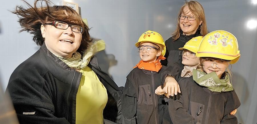 Einmal durch den Windkanal: Bei einem Firmenbesuch bei Uvex zeigt Mitarbeiterin Maria Schricker (links) den Kindern, wie dort Fahrradhelme und Schutzkleidung entwickelt werden.