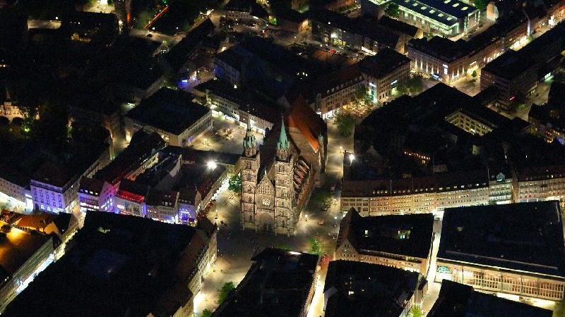 Auch wenn das vielen Nürnbergern nicht gefallen wird: Die Lorenzkirche hat ihren Ursprung gar nicht in der Noris – sondern in Fürth. Sie wurde als Filialkirche der Fürther Pfarrei St. Michael gebaut und erst zwischen 1243 und 1315 zu einer selbstständigen Pfarrkirche erhoben. Erst ab dann war sie eine
