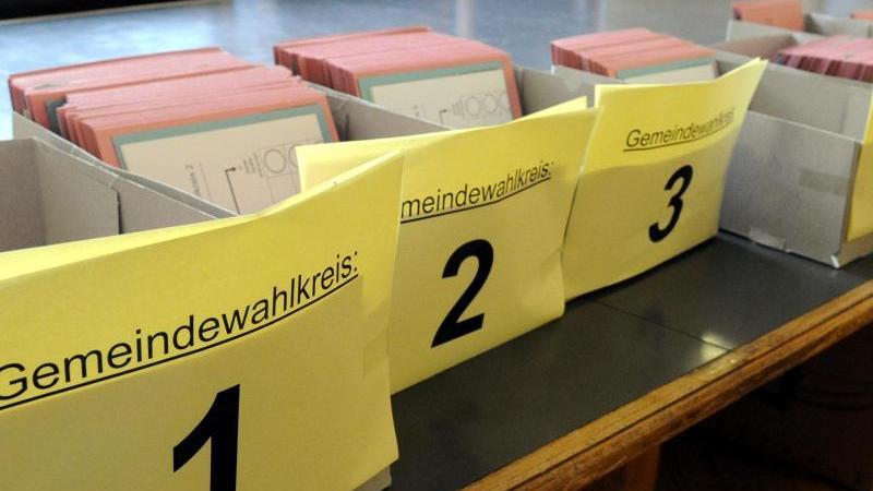 Wahlunterlagen für die Kommunalwahl liegen im Rathaus von Kiel bereit.