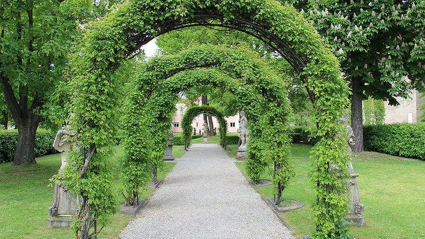 Ohne Zweifel gehören die Hesperidengärten zu den Schmuckstücken Nürnbergs. Die barocke Parkanlage grenzt an fränkische Fachwerkhaus-Idylle und lädt zum Spazieren und Verweilen ein. Durch das Tor des Vorderhauses in der Johannisstraße 47 betritt man die gut versteckten Gärten.