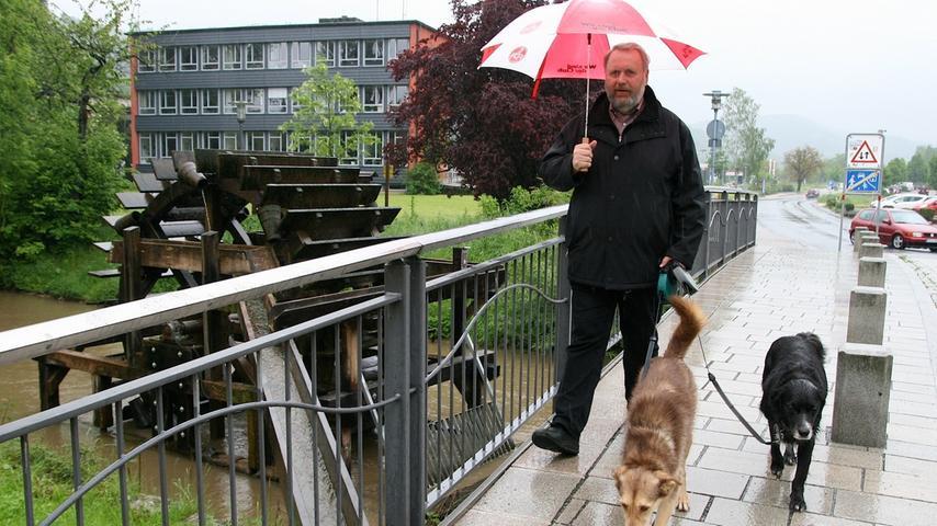 Daran hielt sich auch Ebermannstadts Bürgermeister Franz Josef Kraus. Er führte  seine Hunde Sally und Aico aus.