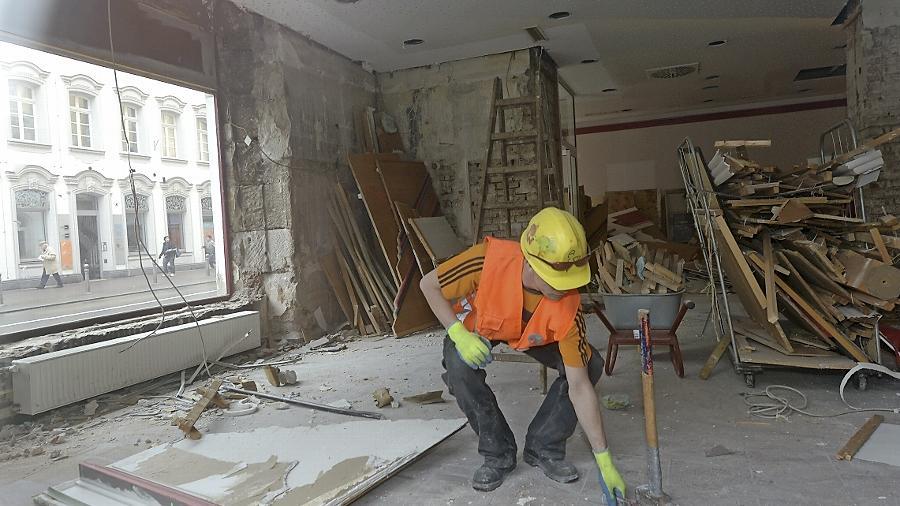Während am  City-Kino der Abrissbagger nagt, entkernen Arbeiter einer Dresdner Firma das  Park-Hotel. Unser Bild entstand im Erdgeschoss in den Räumen der ehemaligen McDonald's-Filiale.