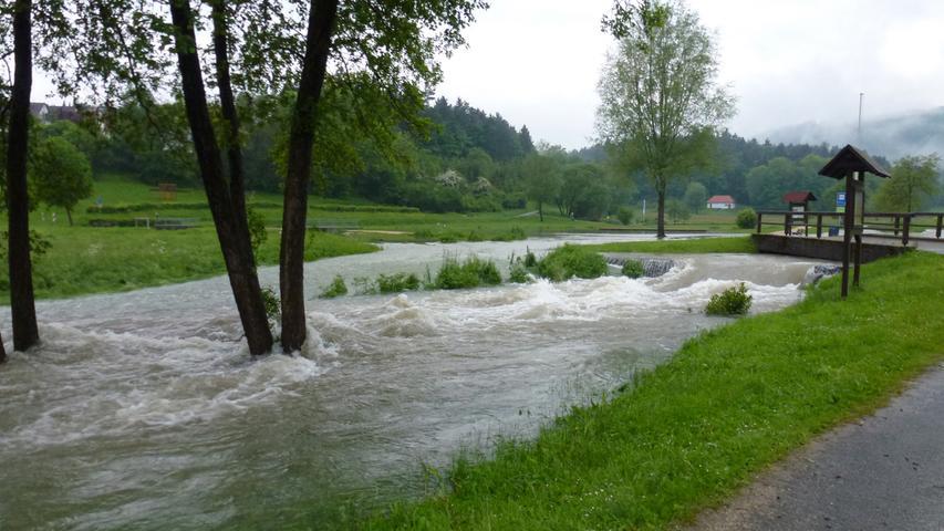 Die Wassermassen bildeten einen sprudelnden Strom.