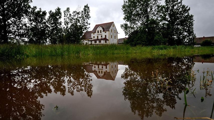 Nach den anhaltenden Regenfällen der letzten Tage steigen vielerorts die Pegel - so auch an der Laufer Mühle.