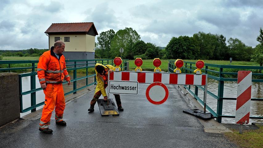 Der Weg zur Laufer Mühle ist bereits überschwemmt. Ein Schicksal, das bald auch die Brücke über die Aisch ereilen könnte.