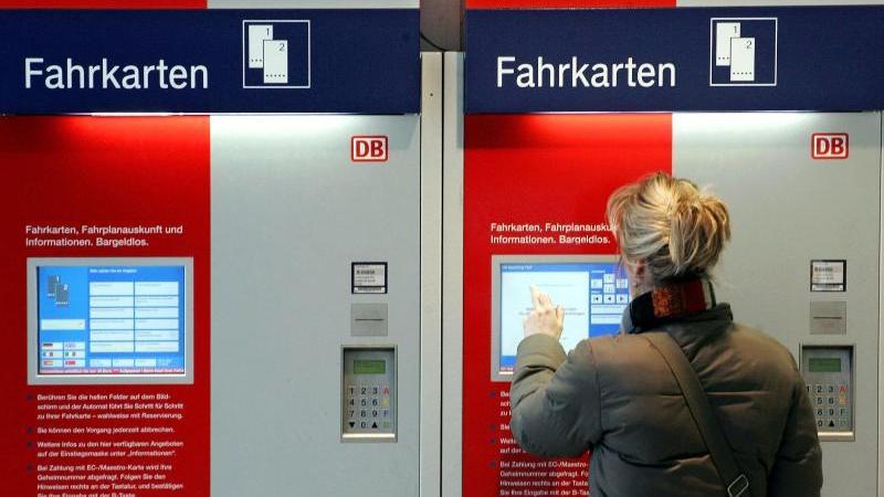 Acht DB-Mitarbeiter kümmern sich von Nürnberg aus um die Fahrkartenautomaten in Süddeutschland. (Symbolbild)