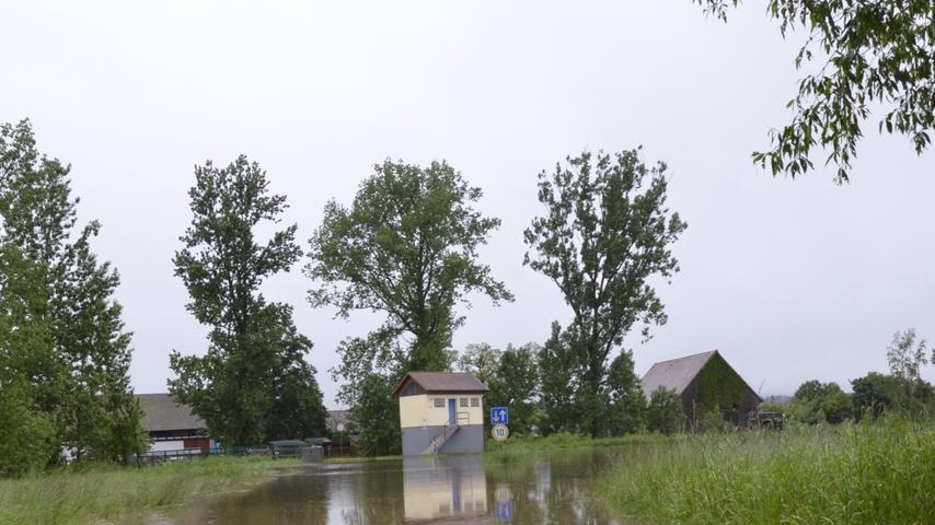 An der Laufer Mühle steht das Wasser schon seit Tagen auf der Straße. Als eine der ersten Meldestationen Bayerns wurde hier schon am Donnerstag die zweithöchste Meldestufe errreicht.