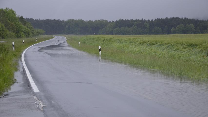 Die Staatsstraße gegenüber der Laufer Mühle ist bereits teilweise überflutet...