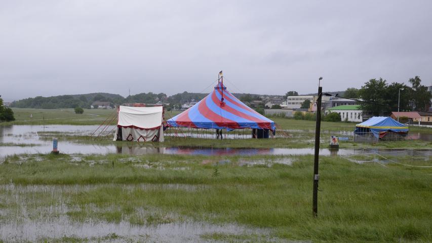 Auf den Höchstadter Aischwiesen steht das verwaiste Zelt des Zirkus Kimazi.